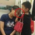 Este niño se paró junto a esta mujer dormida y lo que le hizo impactó y conmovió al mundo