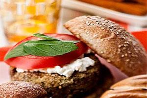 Hamburguesa con cebolla y verduras caramelizada
