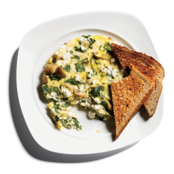 Frittata de huevo blanco con queso feta, espinacas y champiñones