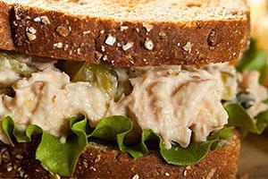 Sándwich de ensalada de atún