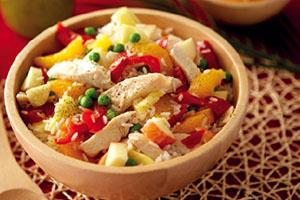 Ensalada de arroz con maíz y pollo