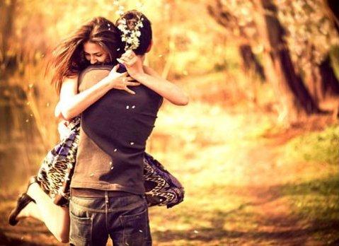 """""""Daca nu se simte iubit, omul incepe sa moara. """" – Osho explica de ce imbratisarile sunt cel mai bun medicament pentru suflet"""