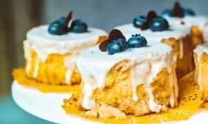 Prăjitură cu cremă de lămâie şi afine