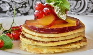 Pancakes cu dulceaţă de mere