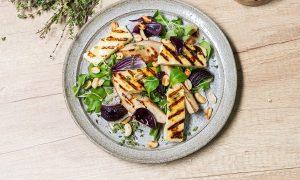 Salată cu brânză haloumi şi pere coapte