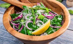 Salată cu tăiţei de orez şi fasole verde