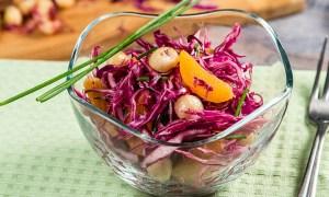 Salată de varză cu caise uscate şi nuci macadamia