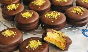 Biscuiţi cu fistic şi glazură de ciocolată