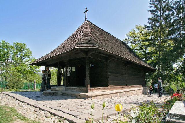 manastirea-dintr-un-lemn-000