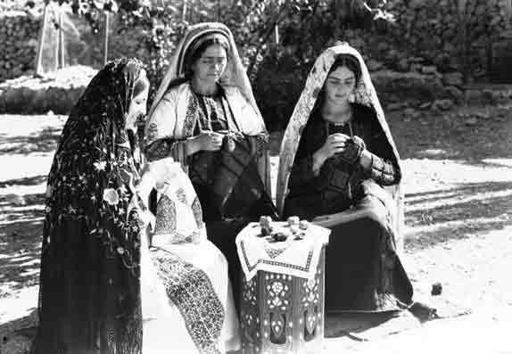 https://i1.wp.com/aline.dedieguez.pagesperso-orange.fr/mariali/chaos/tremblement/Ramallah-brodeuses,-1940.jpg