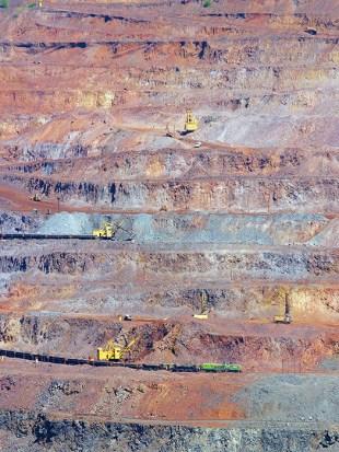 Iron ore extraction in multi-level open-cast mine