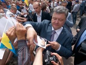 Poroshenko gives a leaflets