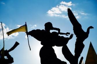 Ukrainian flag on monument to Kiev founders