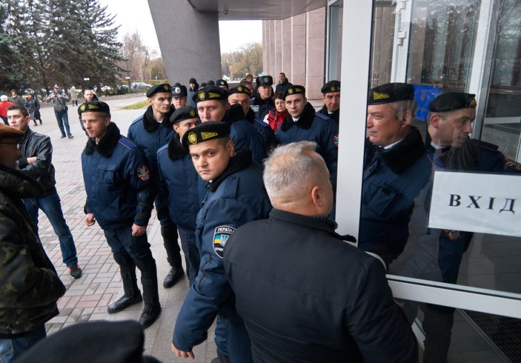 Municipal guards make cordon before entrance to Kryvyi Rih City Hall