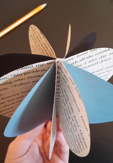 DIY Friday – Bookish air balloon mobile 8