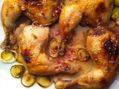 Chicken and salsa with leeks and rose petals