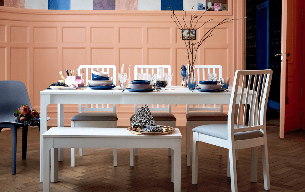 Elegant pinkish peach dining room with blue and white - Warm up your home with pink wall colour | Aliz's Wonderland
