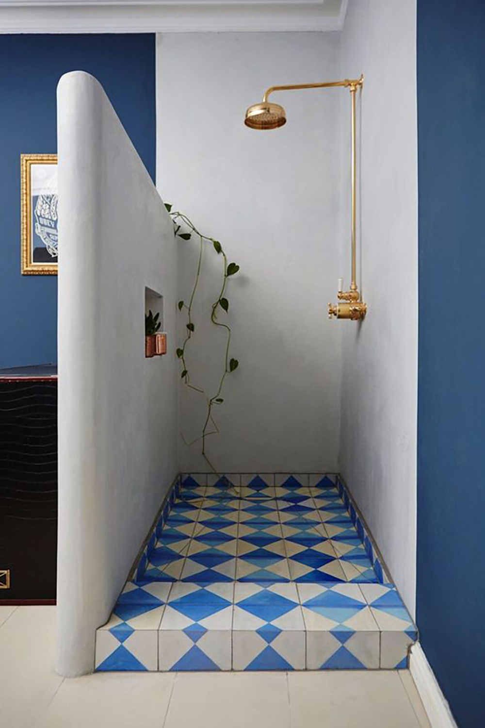 Moroccan styled shower with white & blue walls and tiles - 35 ideas for blue wall colour in home decoration | Aliz's Wonderland