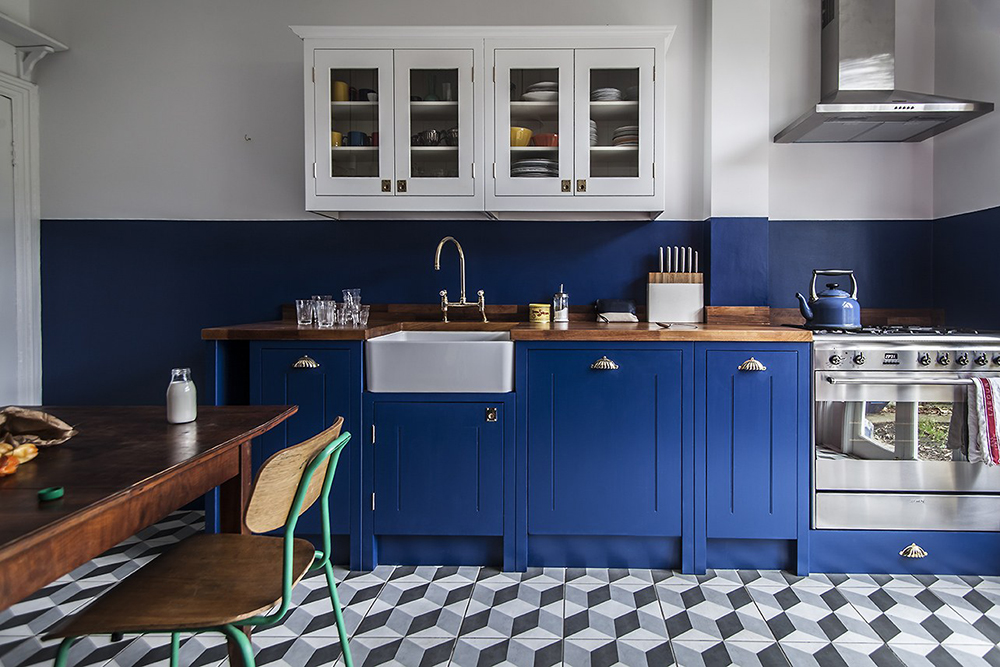 The kitchen furniture and the wall are painted with the same blue colour - 35 ideas for blue wall colour in home decoration | Aliz's Wonderland