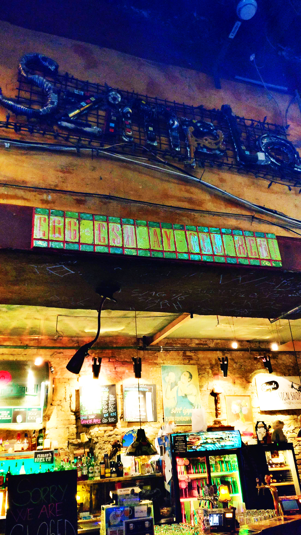 Learn a few Hungarian words - Egészségedre in Szimpla kert - 12 mistakes to avoid when visiting Budapest, Hungary | Aliz's Wonderland #Budapest #Budapestguide #Hungary