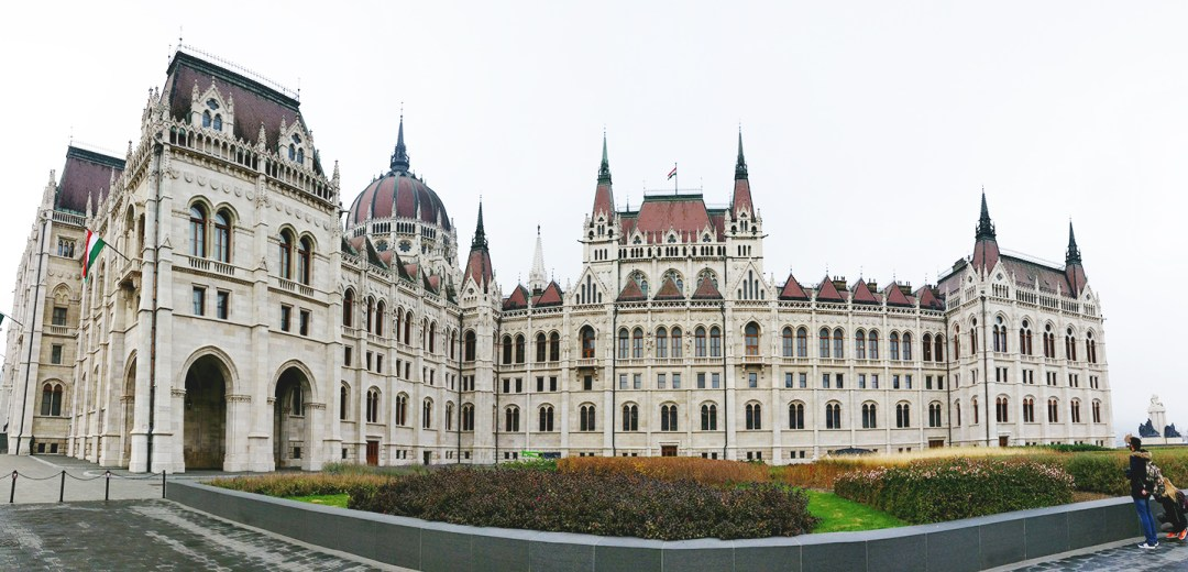 Take a photo of the Parliament - Budapest bucket list - Top things to do in Budapest | Aliz's Wonderland #travel #Budapest #bucketlist #Budapestbucketlist #printable