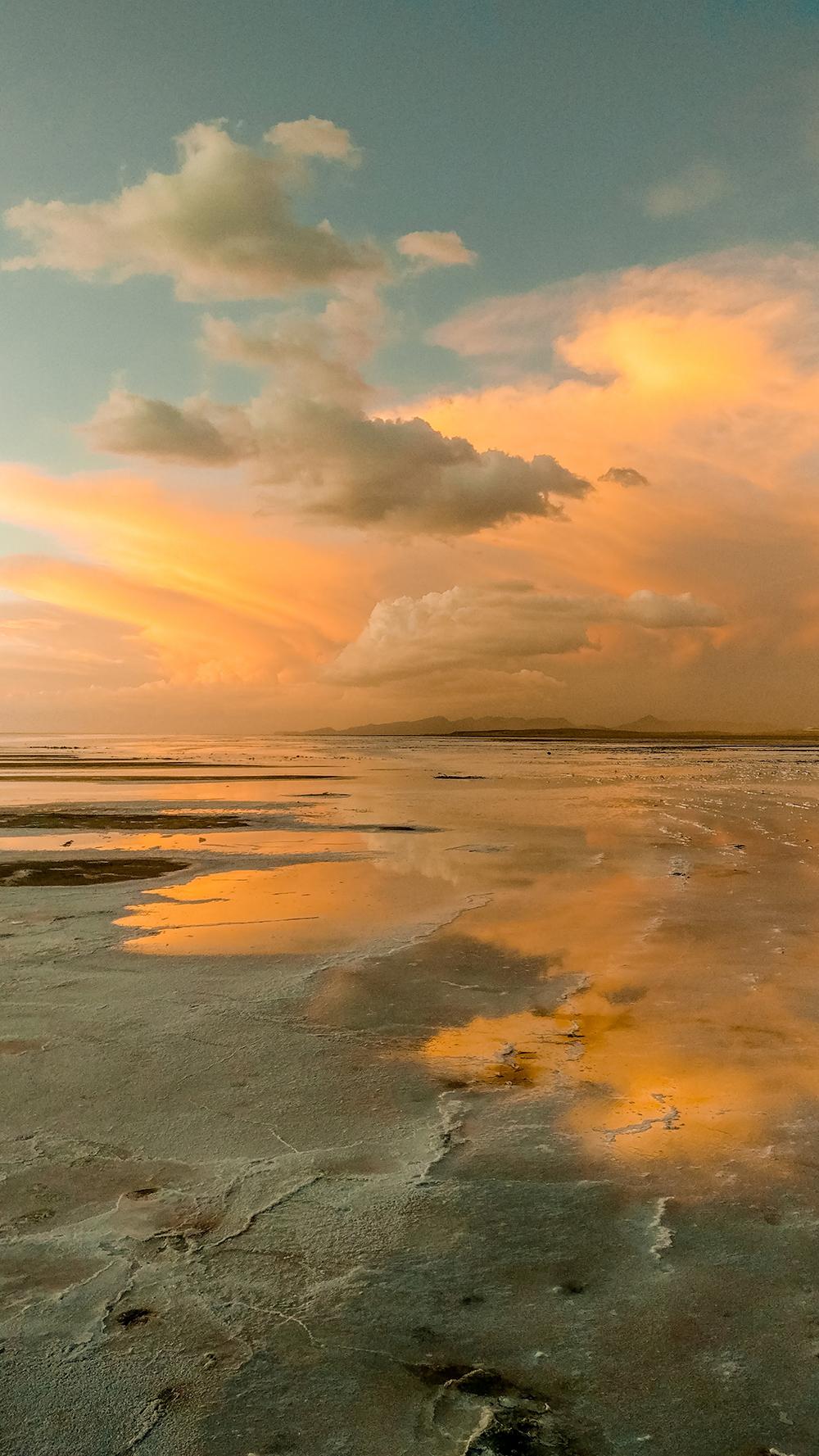 Sunset at Salar de Uyuni - How to pick the best Uyuni Salt Flats tour to Bolivia? | Aliz's Wonderland