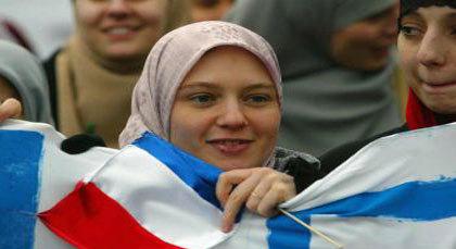بسبب ارتدائها للحجاب.. عاملة مغربية تطرد من عملها بمدينة باريس الفرنسية