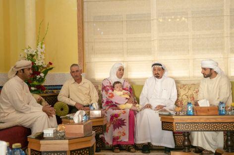 عطاء إنساني إماراتي: حاكم عجمان يستقبل أسرة الطفلة المغربية ملاك بعد تجاوزها محنة الورم.