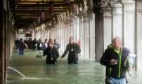 عاصفة إيطاليا خلفت موتى وأغلقت الطرق والمدارس.