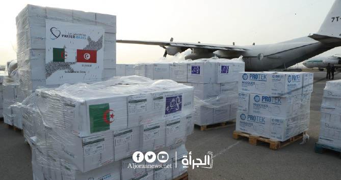 وزير الصحة الجزائري يتولى بنفسه تسليم 250 ألف جرعة لقاح إلى تونس