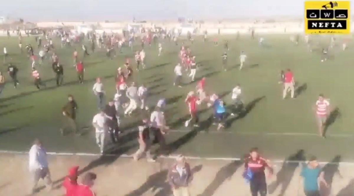 بالفيديو : جماهير الافريقي تقتحم الملعب وتهدد اللاعبين