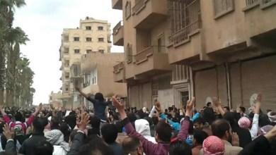 "Photo of احتجاجات في الرقة ضد ""الوحدات الكردية"" .. والأخيرة تعتقل عشرات الشبان في مدينة الطبقة"