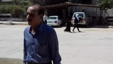 Photo of محامي من القامشلي يلقي محاضرته على باب المركز الثقافي المحترق