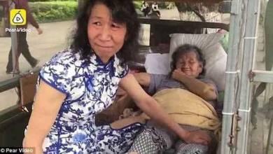 "Photo of شاب صيني يرتدي ملابس""شقيقته"" لمدة 20 عاماً إرضاءً لوالدته"