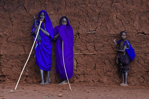 青い服をまとったアフリカ人