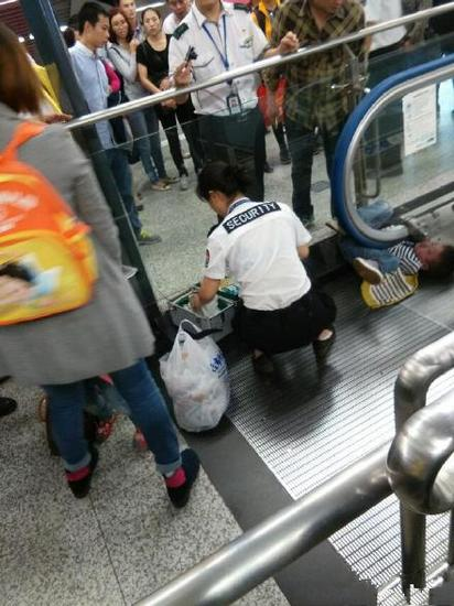 Horrifying accident of a 4-year-old boy in an Escalator in China2