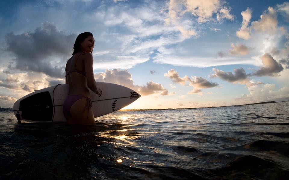 Erich Gonzales goes surfing, flaunts toned abs