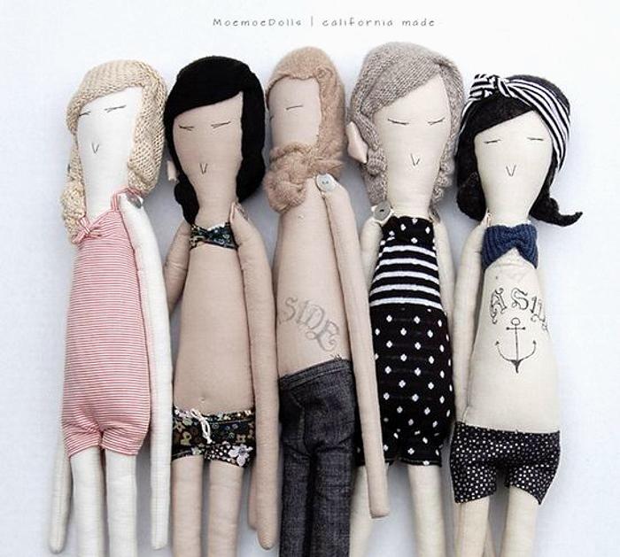 Прическу для кукол можно связать спицами или крючком