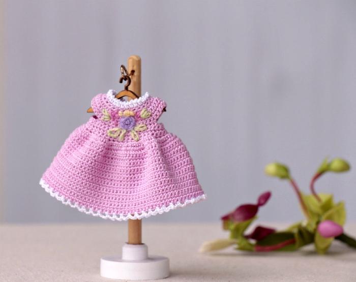 Вязанное платье для мини-куклы