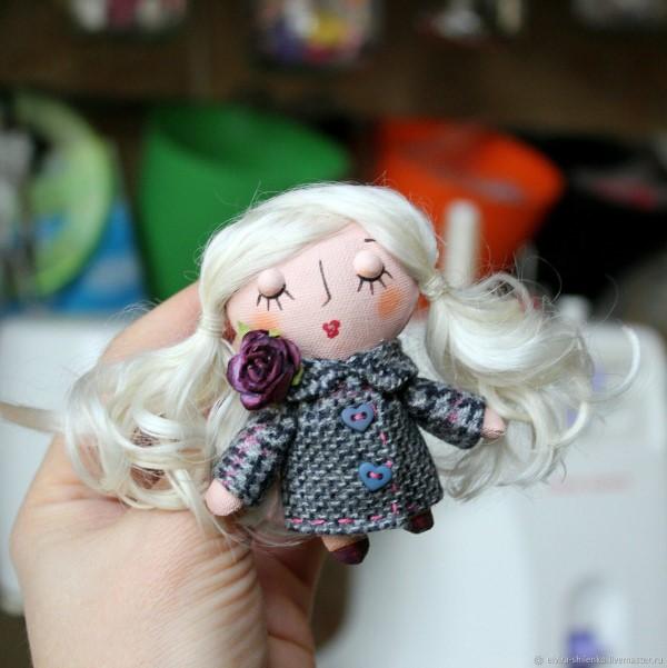брошь Куколка блондинка