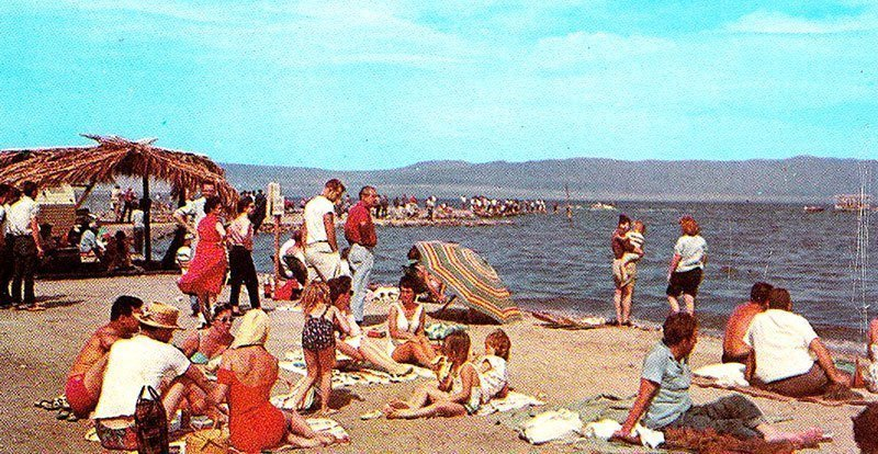 https://i1.wp.com/all-that-is-interesting.com/wordpress/wp-content/uploads/2015/03/salton-sea-tourists.jpg