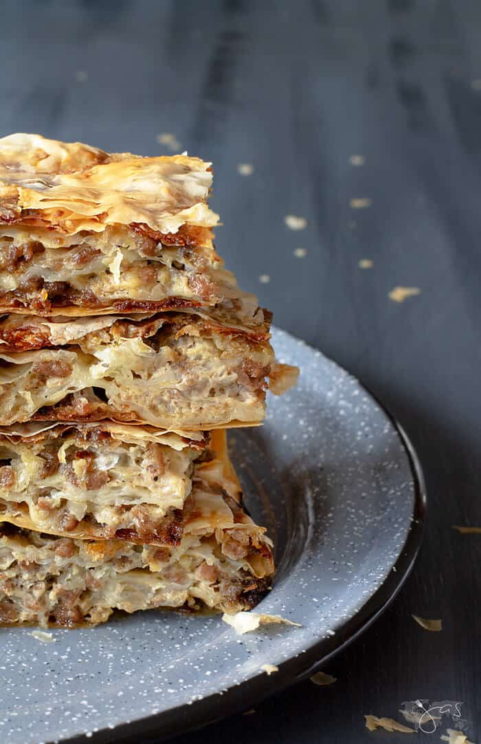 Recipe for the meat pie with beef and fillo, layered and baked golden