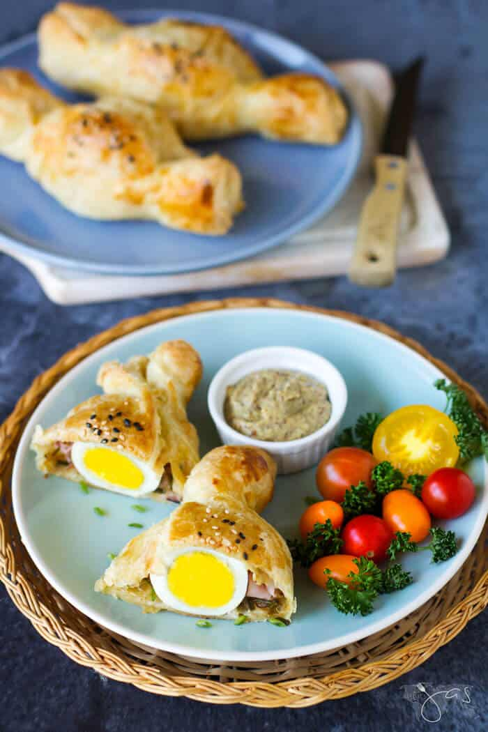 Delicious recipe for stuffed puff pastry with eggs, ham & cheese