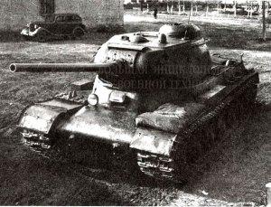 Тяжелый танк ИС-85 на заводском дворе.