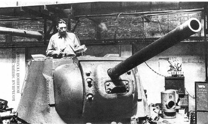 Монтаж электрооборудования в литой башне танка КВ-1. Челябинский Кировский завод, лето 1942 года.