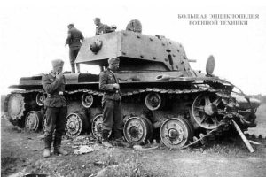 Немецкие солдаты осматривают подбитый КВ-1 (с дополнительным бронированием). Ленинградский фронт, сентябрь 1941 года.