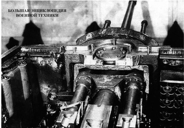Общий вид на строенную установку 76-мм и 45-мм орудий, установленную в танке КВ-7. Челябинский Кировский завод, зима 1942 года.