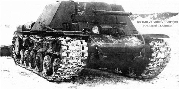 Первый вариант танка КВ-7 (с двумя 45-мм и одной 76-мм пушками) во время испытаний на полигоне. Зима 1942 года