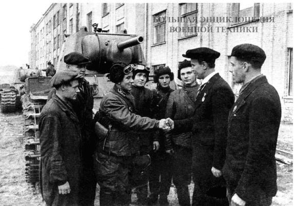 Рабочие Кировского завода вручают танкистам новые боевые машины. На снимке - Начальник цеха А. Жуков передает танк младшему лейтенанту Д. Веденову. Ленинград, сентябрь 1941 года.