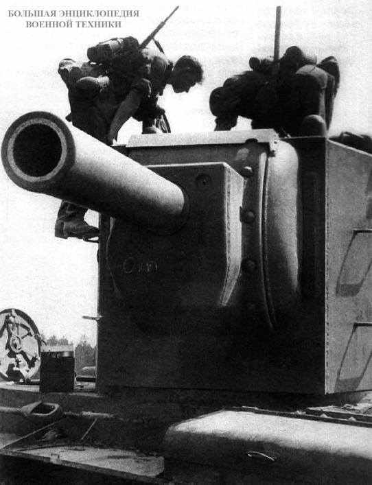 Немецкие солдаты осматривают брошенный танк